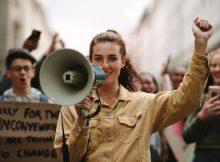 Frau protestiert auf einem Streik